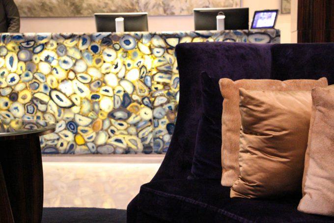 El azul predomina en el lobby y en el mostrador de la recepción del hotel.