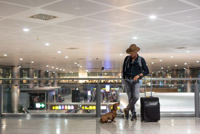 En Barajas. ANTONY MORATO sombrero y vaqueros DOCKERS camisa LOUIS VUITTON cinturón zapatilla THE NORTH FACE MONTBLANC reloj, pulsera y maleta MASCOBOUTIQUE correa y arnés. Fotos: David Suárez Fernández.