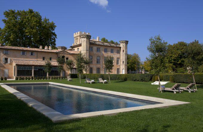 Vistas de la Villa desde su piscina climatizada.