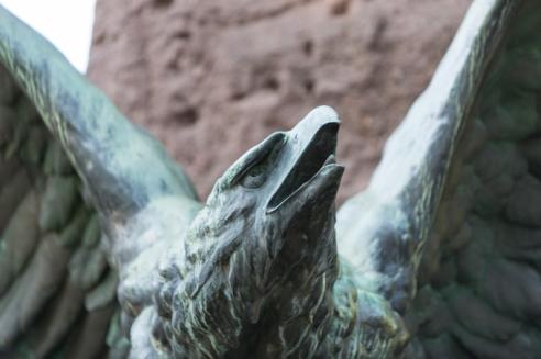 Una de las dos águilas tirolesas del monumento.