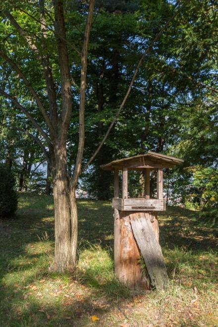 Casa de madera para dar de comer a los animales del parque.