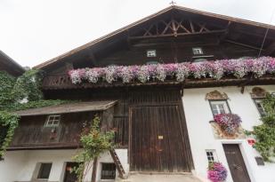 La casa tirolesa donde está la tienda, ubicada en la planta baja y a la izquierda.