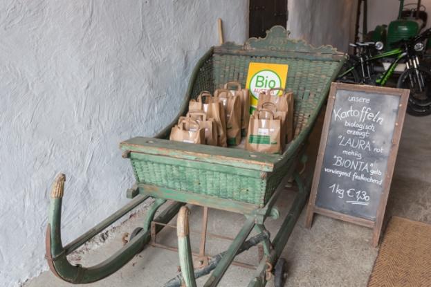Trineo con patatas bio en la entrada de la tienda.
