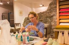 Artista pintando sus cerámicas.
