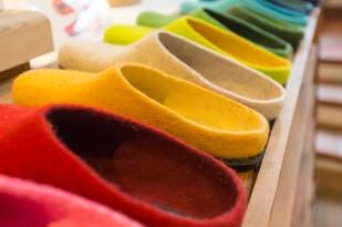 Calzado de lana y artesanales para andar por casa -Camper hizo los mismo hace unos años, son comodísimos y abrigados-.