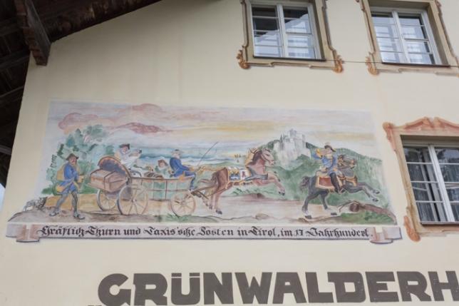 Fresco en la fachada principal de la residencia de Thurn und Taxis en Innsbruck.
