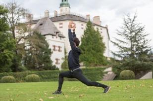 Practicando yoga en los jardines del castillo.