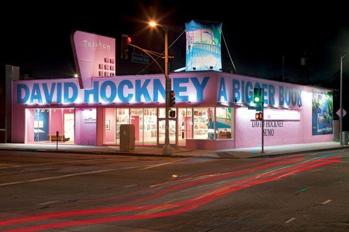 Tienda de TASCHEN en Beverly Hills (Los Ángeles) vestida en honor a la nueva obra de la casa, el SUMO de David Hockney. Foto: Taschen.