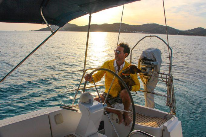 Con Eros navegando por Ibiza abordo del velero del propietario de Cas Gasi. Foto: Christian Oliva-Vélez.