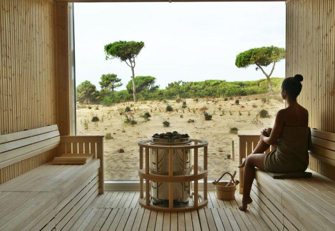 La sauna, como el resto del Spa, tiene vistas a las dunas. Es un espacio muy estético y relajante.
