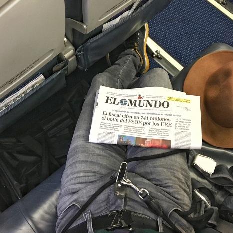 Abordo, Eros está debajo de mi asiento en su transportín.