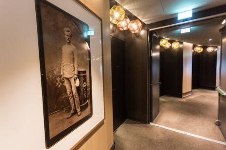 Pasillo de las habitaciones y, a la izquierda, obra de Richard Prince.