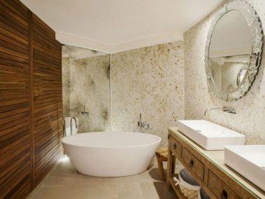 Espejo estilo veneciano antiguo, bañera para no salir de ella y mueble antiguo.