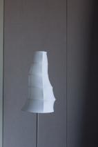 Lámpara de pie de mi habitación, esta parece una crisálida.