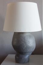 Lámpara de mi cuarto; estilo orgánico, en sintonía con la obra escultórica del arquitecto que ideó el hotel.