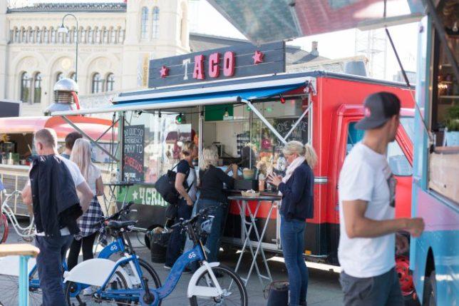 Área de food trucks junto al centro del Premio Nobel de la Paz (Aker Brydgge).