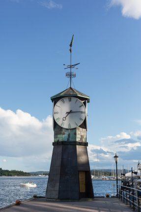 Reloj y faro de uno de los muelles de la marina en Aker Brydgge.