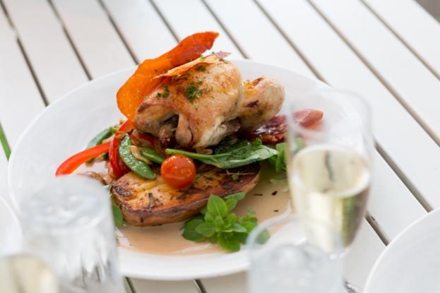Pollo ecológico con verduras de estación.