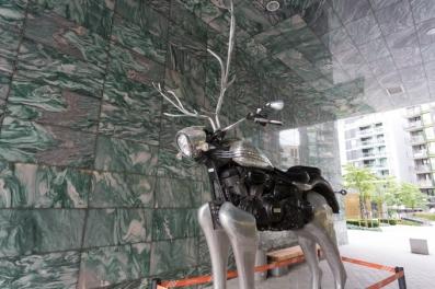 ¨Rudolph the chrome nosed reindeer¨, una de las obras del parque de esculturas de Tjuvholmen, ubicado entre el museo y el hotel.