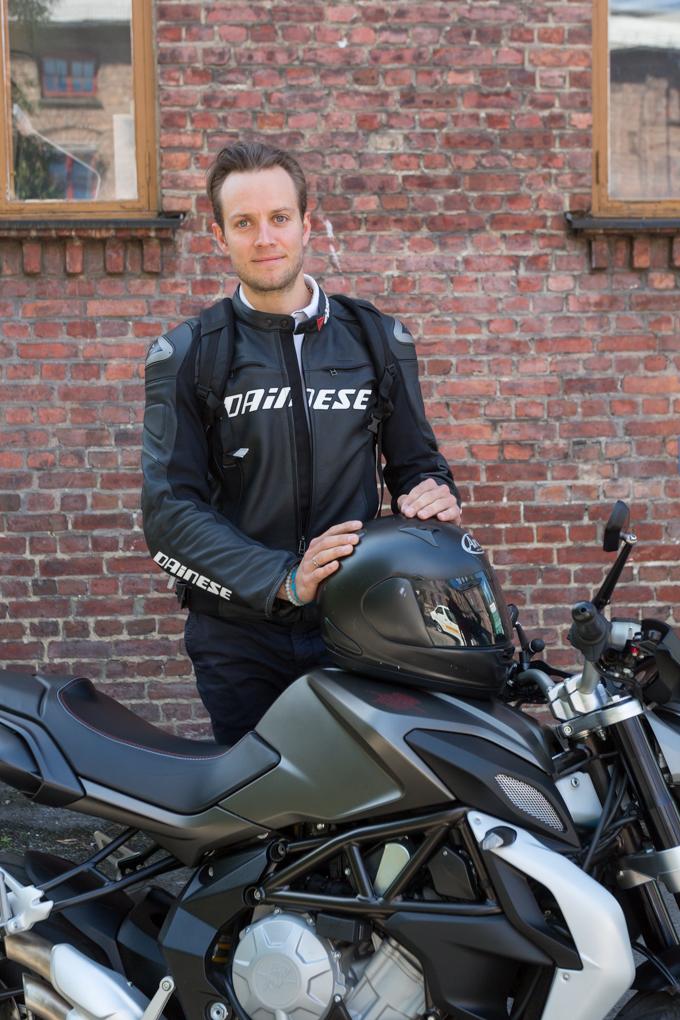 Aksel Gresvig (cofundador y jefe de ingeniería en Plyo.io) con su MV Agusta.