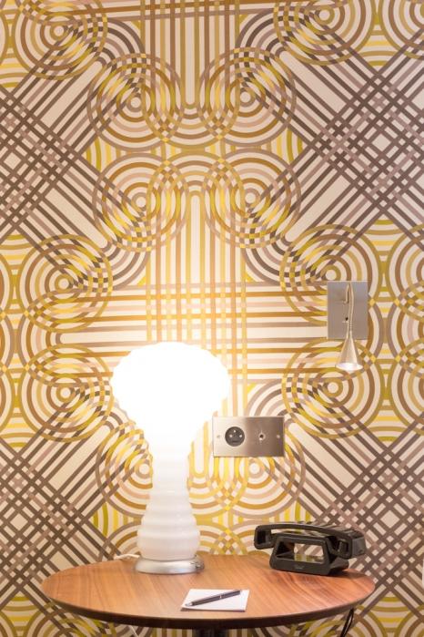 La lámpara de la mesilla de noche es de NEW WAVE para VERRIER PANTON VERPAN.