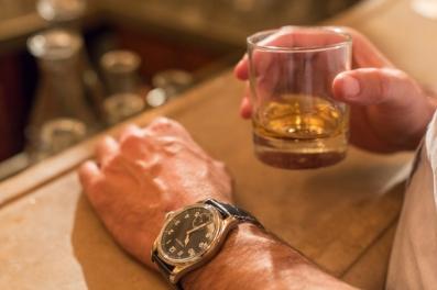 Aprecio los aromas de mi coñac Hennessy (solo son coñac los brandy procedentes de Coñac), muevo el vaso circularmente, vuelo a olerlo y, antes de beberlo, lo pruebo con la punta de la lengua.