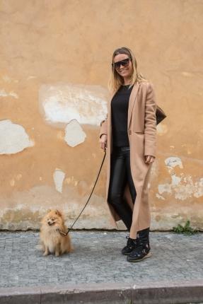 Nos encontramos con Carolyn Eaves (Holanda), una seguidora nuestra, paseando por Praga con su Pomerania.