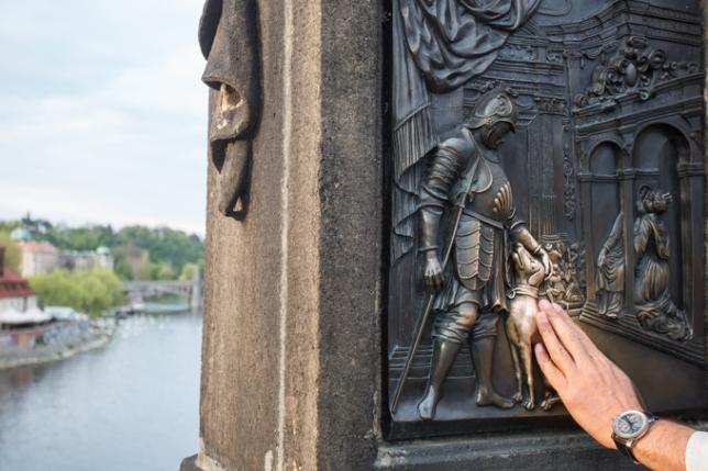 Para regresar a Praga hay que tocar a este perro. Está en el relieve que adorna la escultura de san Juan de Nepomuceno en el Puente de Carlos.