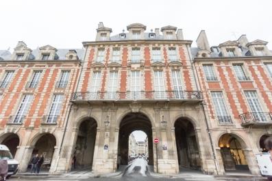 Place de Vosges, en el corazón del barrio del Marais y a pocos pasos del hotel DUPOND-SMITH; una de las plazas más bonitas de Europa.