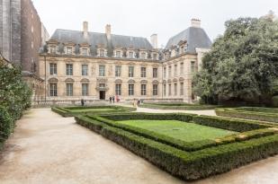 Desde la Plaza de los Vosgos se accede Hôtel de Sully, se puede cruzar por el patio.