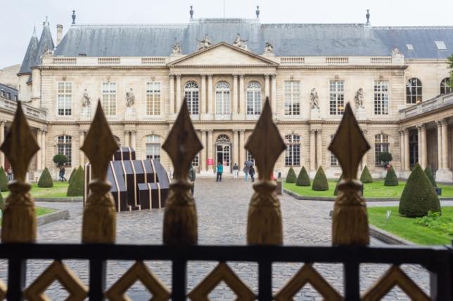 A través de la verja, contemplo el edificio del Musée des Archives Nationales.