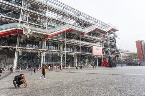 """Mimos junto a """"La fábrica de gas""""; así se lo conoce en París al Centro Pompidou, el museo de arte moderno y contemporáneo más importante de Europa."""