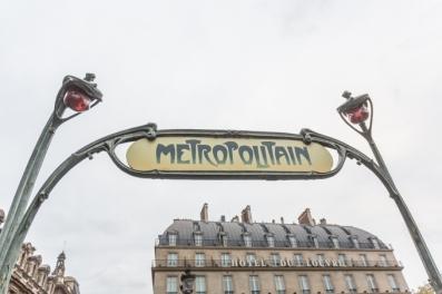 Estación de Palais Royal - Musée du Louvre sobre Rue de Rivoli, es del año 1900.