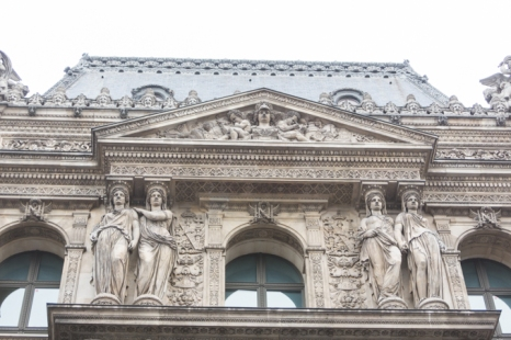 Rica ornamentación en las fachadas de los palacios del Louvre.