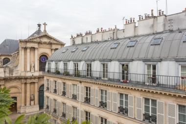 Desde nuestro balcón, tejados de estilo Haussman y la iglesia de Saint-Roch.