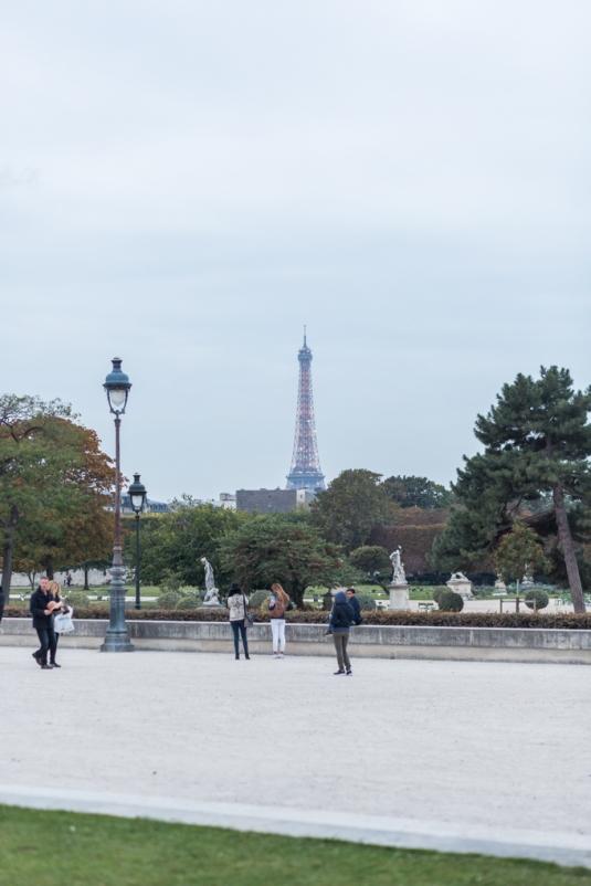 Desde la plaza del Carrusel, La Torre Eiffel ya está lista para brillar esta noche.