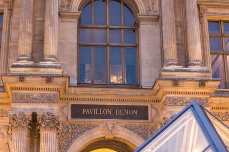 Atmósfera de misterio en el pabellón Denon del Grand Louvre.