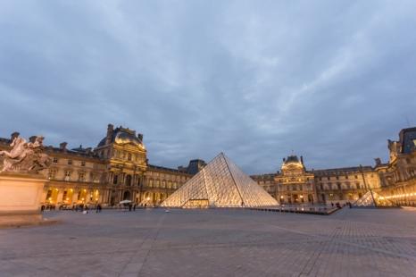 La noche cubre el gran complejo del Louvre.