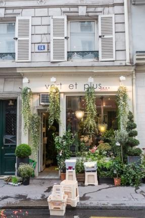 La calle del hotel huele a flores; en la foto, la florería de enfrente, Vert et plus (14 Rue Saint-Roch).