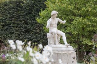 Flores y esculturas de los jardines del Palais-Royal.