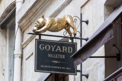 Así es, un Bulldog Francés preside el cartel de la francesa GOYARD, una de las firmas de lujo más importantes del mundo.